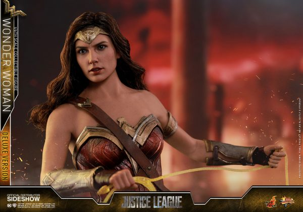 dc-comics-justice-league-wonder-woman-deluxe-sixth-scale-hot-toys-903121-13-600x420 Figurine - Wonder Woman Deluxe Version Sixth-Scale Figure