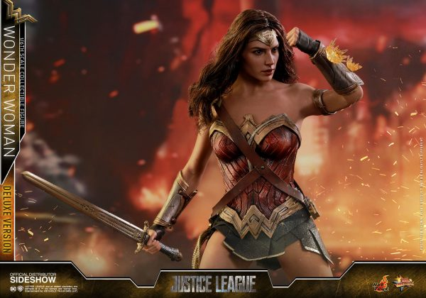 dc-comics-justice-league-wonder-woman-deluxe-sixth-scale-hot-toys-903121-14-600x420 Figurine - Wonder Woman Deluxe Version Sixth-Scale Figure