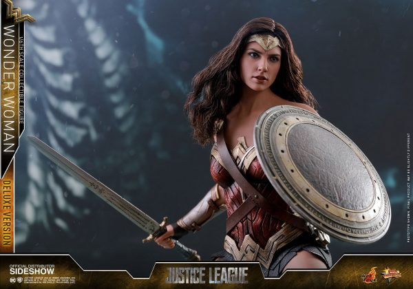 dc-comics-justice-league-wonder-woman-deluxe-sixth-scale-hot-toys-903121-16-600x420 Figurine - Wonder Woman Deluxe Version Sixth-Scale Figure