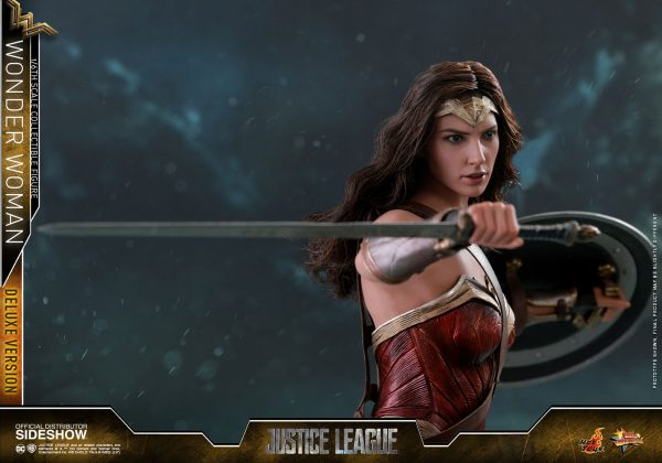 dc-comics-justice-league-wonder-woman-deluxe-sixth-scale-hot-toys-903121-17-600x420 Figurine - Wonder Woman Deluxe Version Sixth-Scale Figure