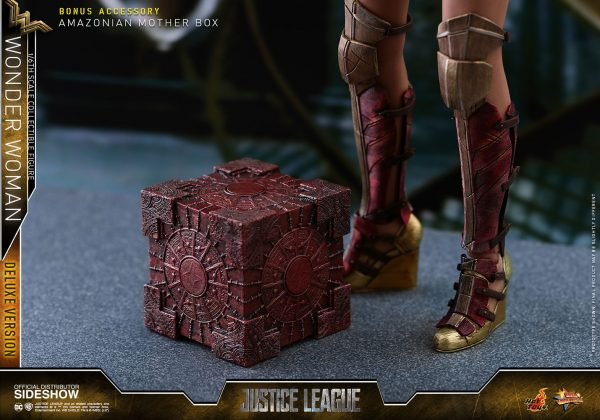 dc-comics-justice-league-wonder-woman-deluxe-sixth-scale-hot-toys-903121-25-600x420 Figurine - Wonder Woman Deluxe Version Sixth-Scale Figure